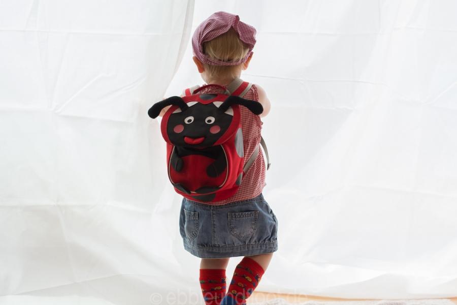 Dieser kleine Rucksack sitzt perfekt am Kinderrücken