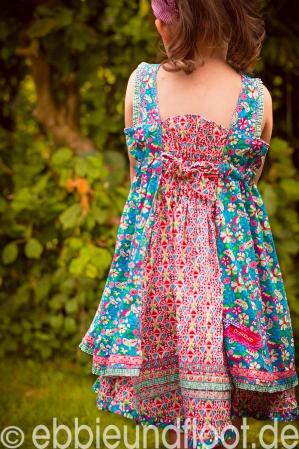 Die Rückenansicht der Kleides Feliz als Schürzenkleid
