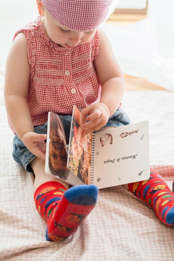 Kinder schauen gerne Fotobücher