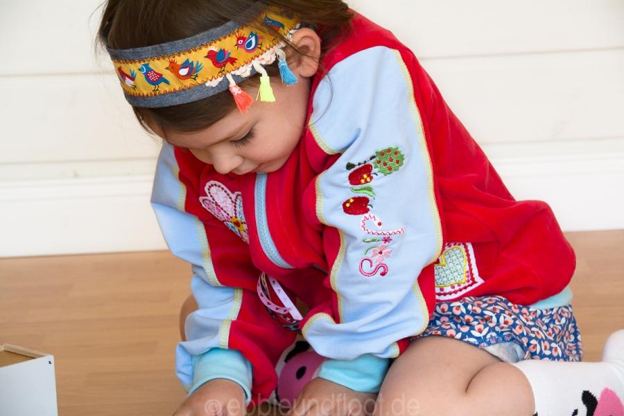 konzentriertes Spielen mit der neuen Lieblingsjacke
