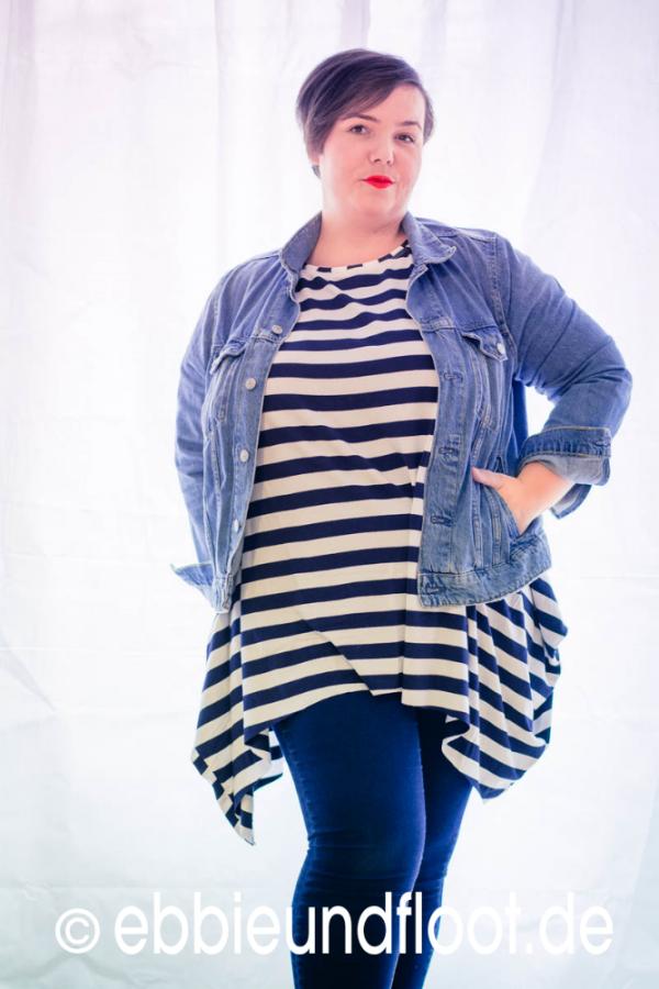 Ein Plus Size Mode Outfit in blau gehalten