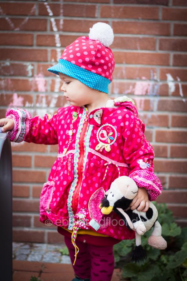 Rot und pinke Ballonjacke mit Bommelmütze