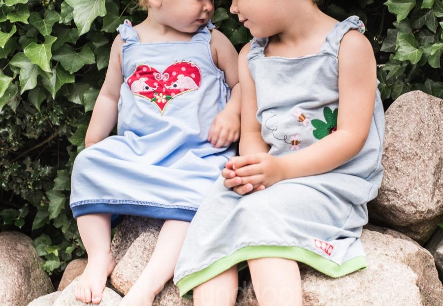 Zwei blaue Sweatkleider für die Mädchen