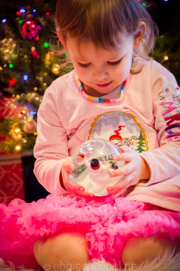 Schneekugel und Kind zur Weihnachtszeit