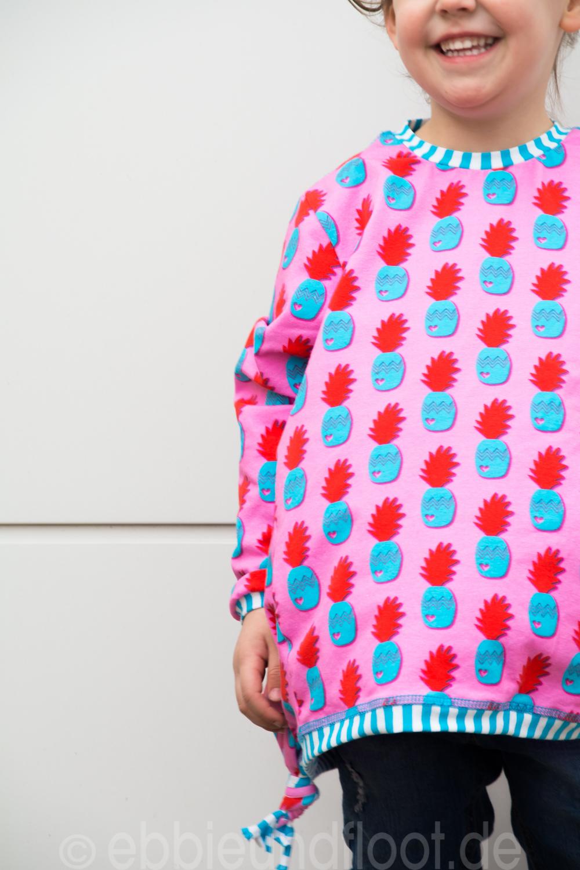 Sie strahlt mit ihrem neuen coolen Ananas Pullover um die Wette