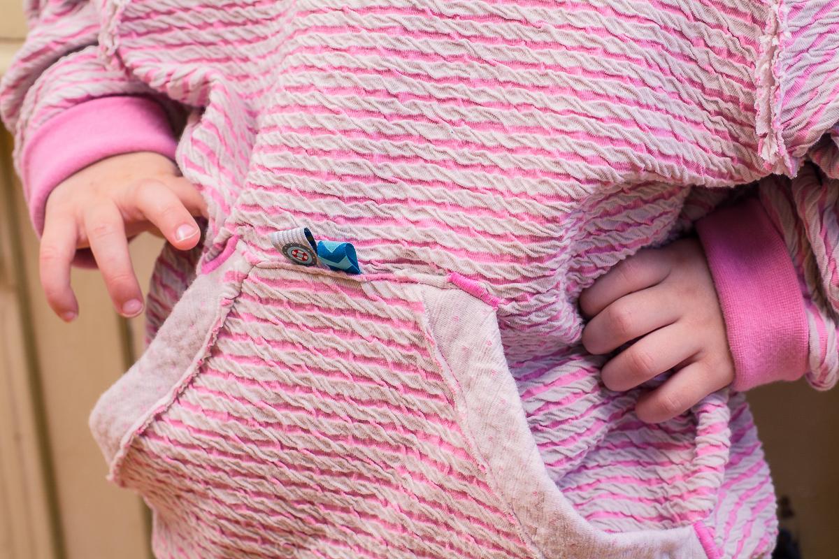 Ein schöner Kinderpullover zum reinkuscheln. Viel Struktur und im maritimen Design.