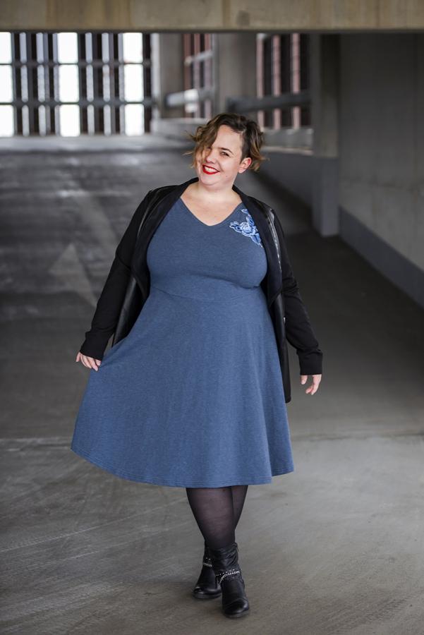Tolles Outfit für kurvige Frauen - Blaues Kleid mit schwarzen Leder Blazer