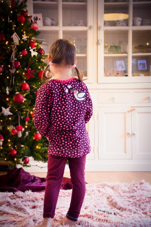 Süßer lilaner Pullover mit pinken Punkten und Vogel Applikation