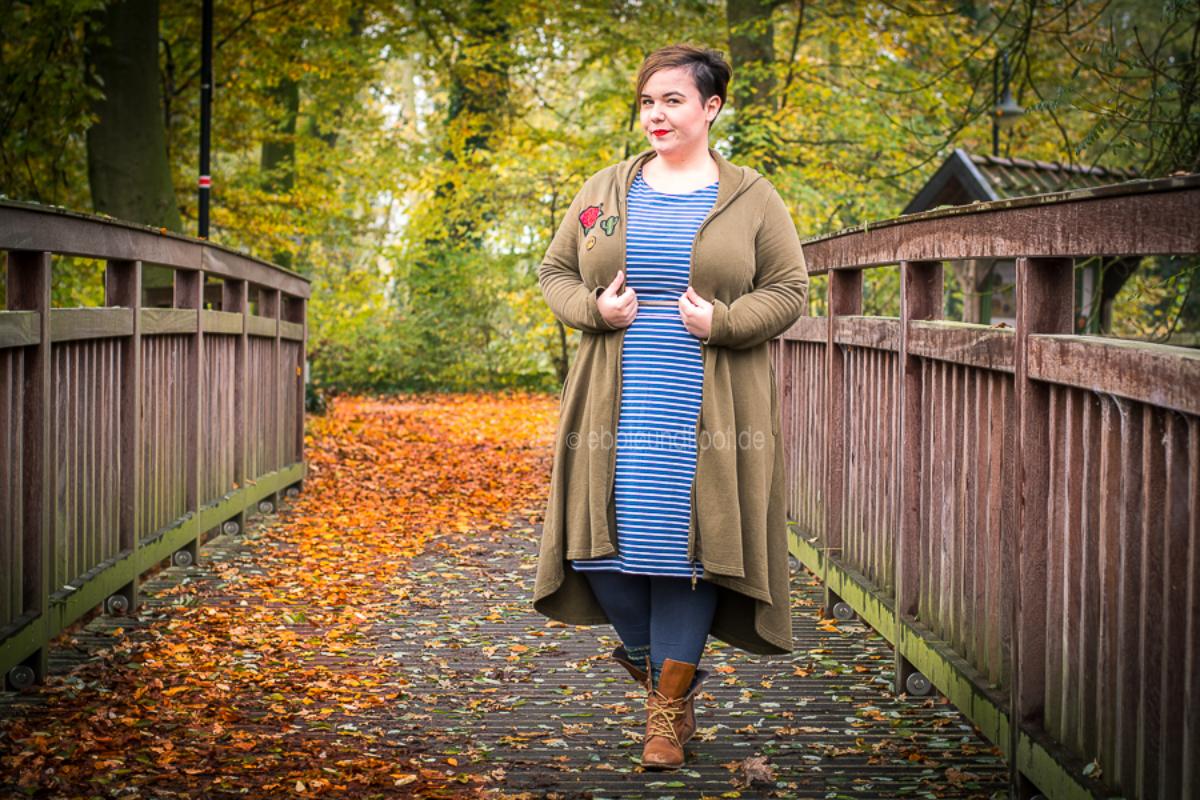 Plus Size Outfit: Toller langer Jersey Mantel kombiniert mit Boots und blauen Kleid
