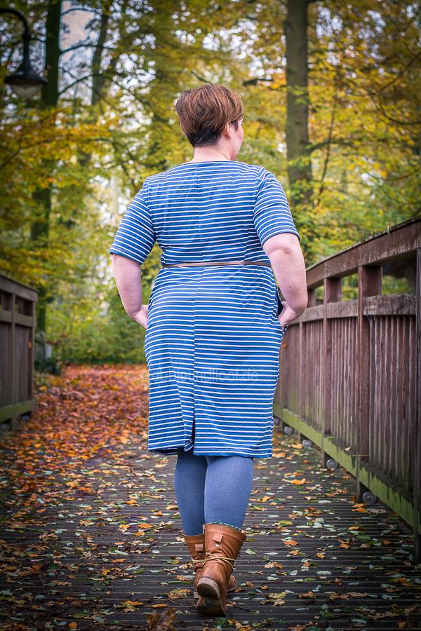 blaues Streifenkleid mit Gehschlitz