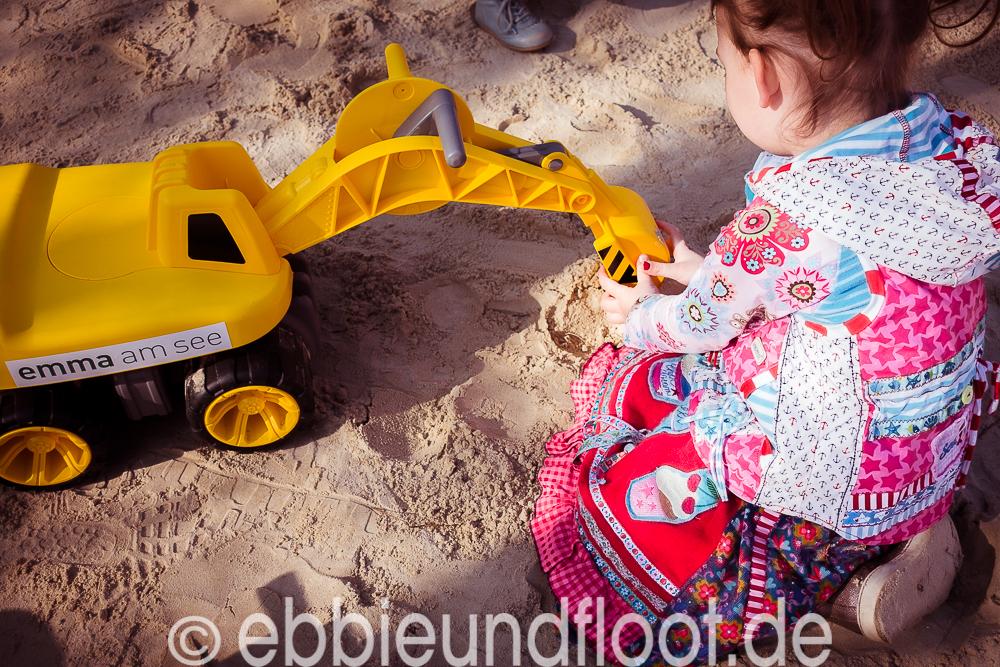 Großer Sandbagger am Spielplatz von Emmas Eiscafé