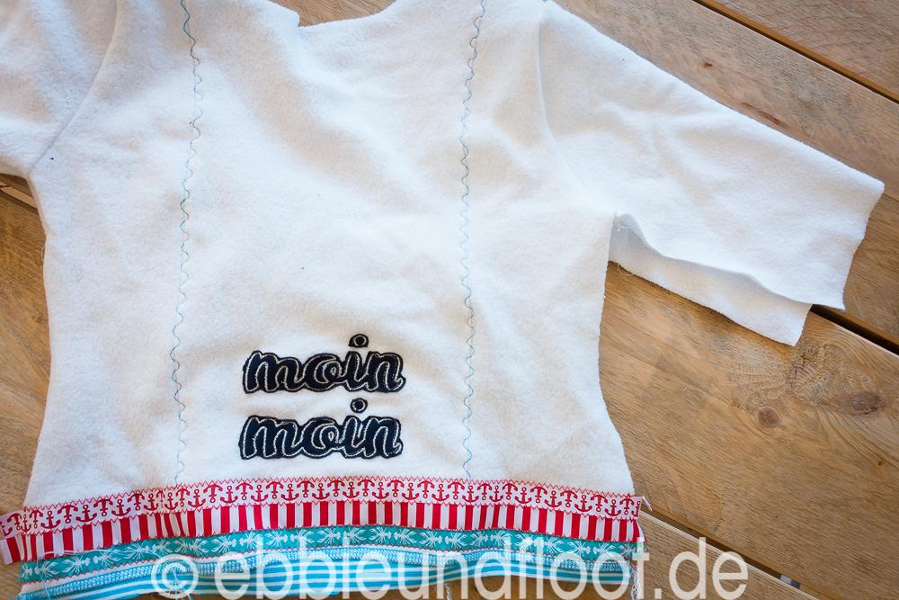 Eine maritime Fleece Jacke mit schicken Webbanddetail und gestickten Schriftzug
