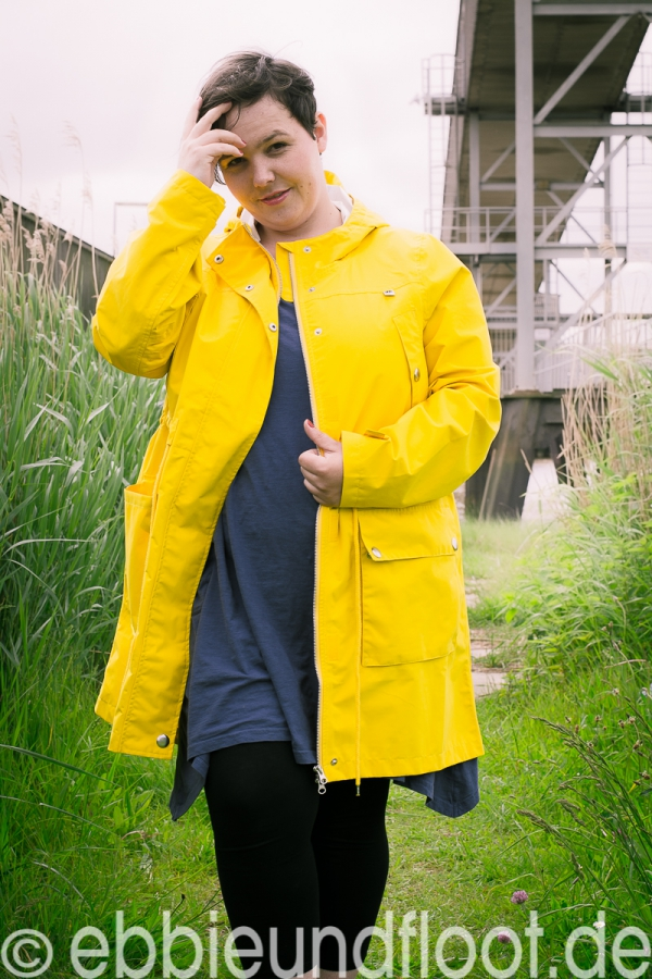 Mit einer gelben Regenjacke, ist die Welt viel fröhlicher