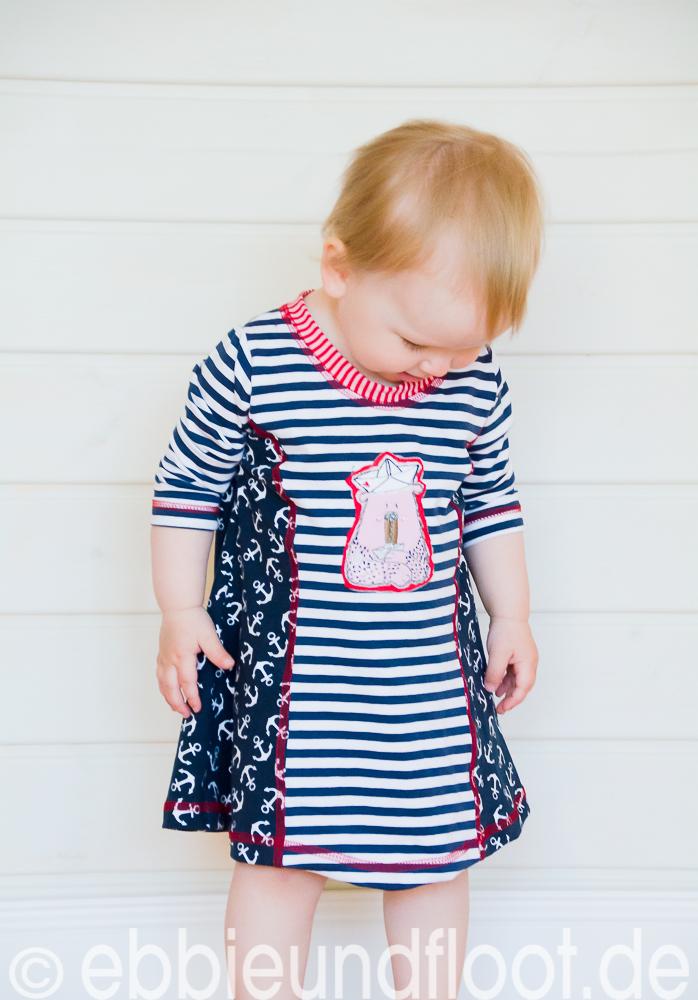 Ein süßes maritimes Sommerkleid in der Größe 86-92