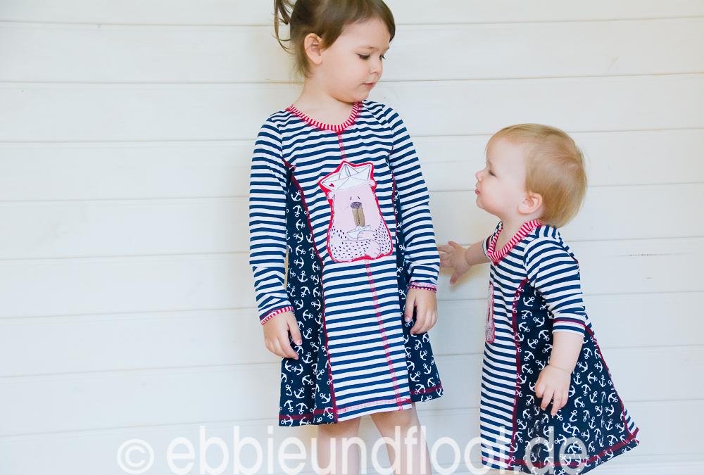 Geschwister sind für einander da. Ein ganz besondere Beziehung in einem maritimen Sommerkleid
