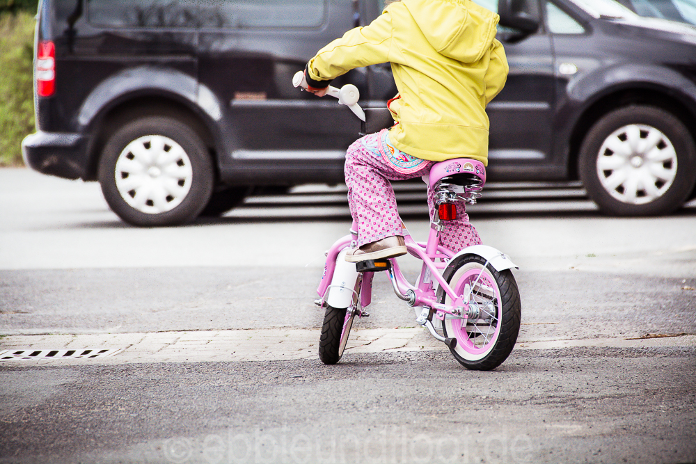 Ein lässiges rosa Fahrrad mit Totenköpfen