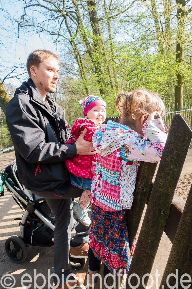 Die Kinder beim Schweine schauen im Tiergehege am Bremer Bürgerpark