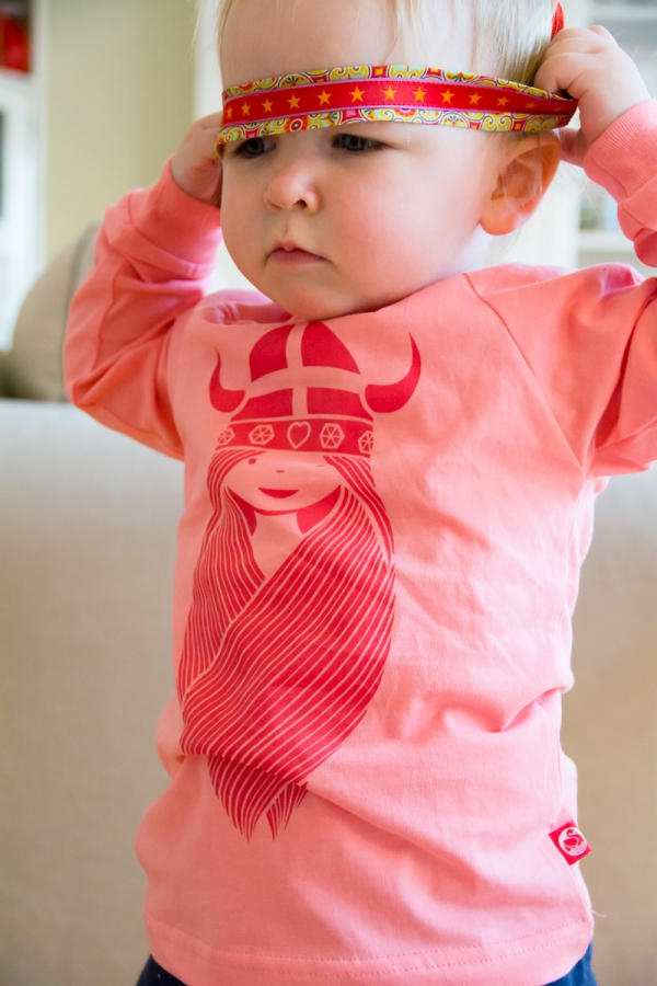 Süßes Bild mit Wikingershirt und Sternenstirnband